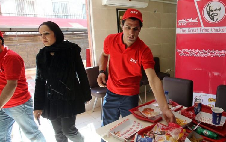 """الشباب الإيراني بين أيديولوجية الثورة وثقافة الـ""""ماكدونالدز"""""""