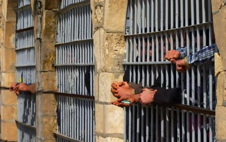 إذاعة فردا: السجناء في إيران يعاملون كالحيوانات