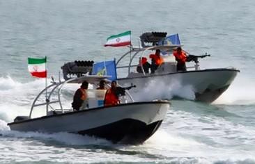 زوارق بحرية إيرانية تهدّد قائد الحرب على داعش