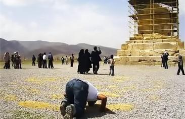 """بين مدافعي الحرم وزوّار مقبرة """"كوروش"""""""