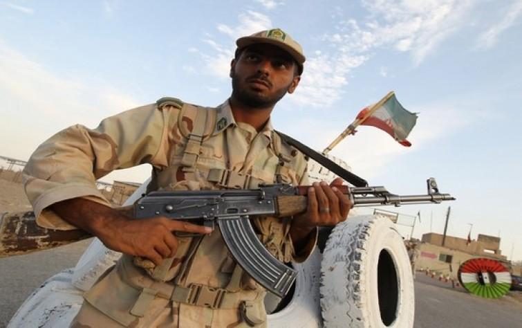 """قائد """"قاعدة عسكرية"""" ضمن المصابين إثر إطلاق جندي النار على رفاقه"""