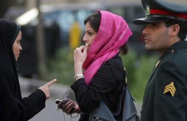 شرطة الأخلاق والمرأة الإيرانيّة: حراسة للفضيلة أم تسويغ للعنف؟