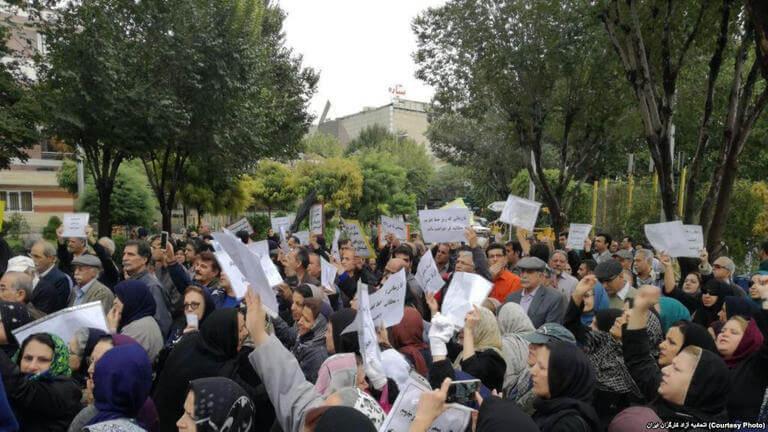 تجمهُر مجموعة من المعلِّمين المتقاعدين احتجاجًا على عدم استلام المساكن