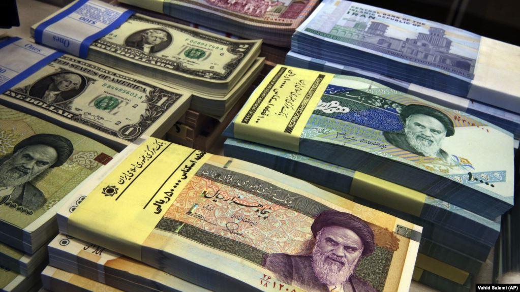 سعر الدولار في إيران يقترب من 19 ألف تومان.. والبنك المركزي هذا ليس طبيعيًّا