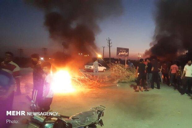 سُكّان قريةٍ في الأحواز يقطعون طريقَ خرمشهر احتجاجًا على انقطاع المياه