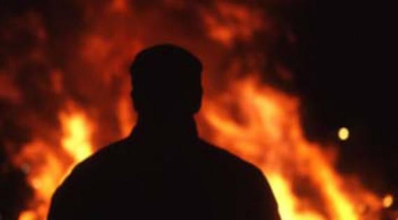 نجل باحثٍ أفغاني يضرم النار بنفسه في مشهد
