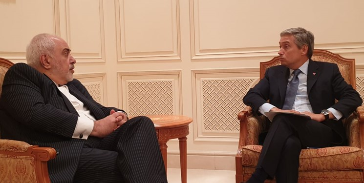 وزير الخارجية الإيراني محمد جواد ظريف خلال اتصالٍ هاتفي مع وزير الخارجية الكندي فرانسوا فيليب شامبان