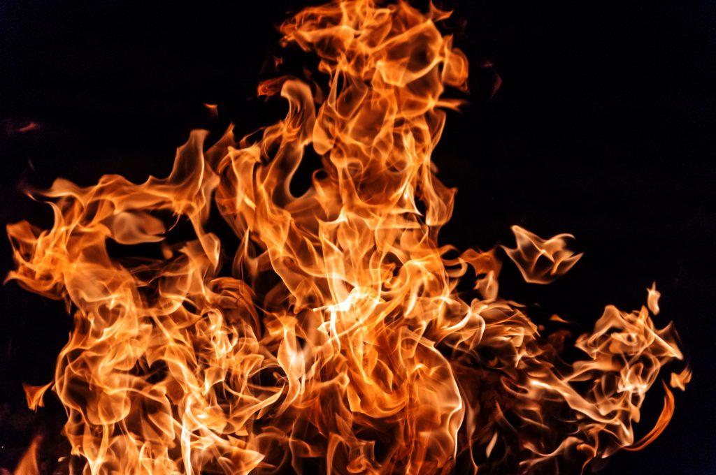 نشوب حريق في مجمع «قلهك» التجاري بطهران