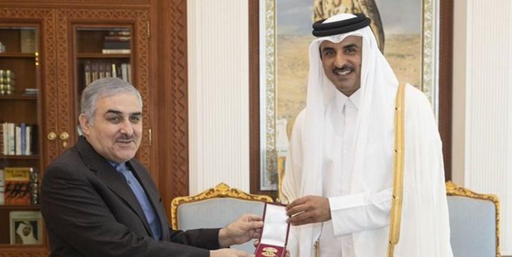 أمير قطر يودِّع السفير الإيراني سبحاني بـ «وسام الوجبة»