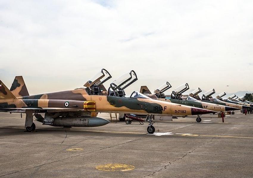 القوّات الجوِّية الإيرانية تجري مناورات بطائرات عمرها 50 و60 عامًا